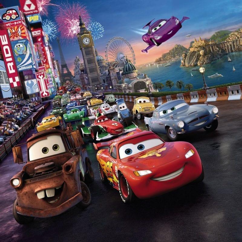 """Großes Kino für kleine Rennfahrer – So sind die Pistenhelden von """"Cars"""" immer zum Greifen nah."""